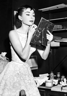 Audrey Hepburn fixed her make-up