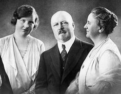 Prince Hendrik and Queen Wilhelmina of the Netherlands, with their daughter, Princess Juliana