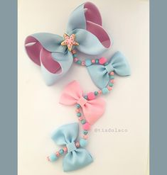No hay descripción de la foto disponible. Making Hair Bows, Diy Hair Bows, Diy Bow, Handmade Accessories, Hair Accessories, Baby Tiara, Homemade Bows, Denim Earrings, Hair Bow Tutorial