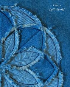 Ulla's Quilt World: Flower cushion cover, TUTORIAL for a flo.- Ulla's Quilt World: Flower cushion cover, TUTORIAL for a flower – quilt Ulla's Quilt World: Flower cushion cover, TUTORIAL for a flower – quilt - Artisanats Denim, Denim Art, Denim And Lace, Denim Purse, Jean Crafts, Denim Crafts, Denim Flowers, Fabric Flowers, Blue Jean Quilts