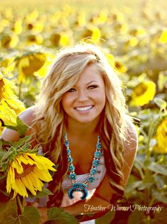 Senior girl posing in sunflower fields senior pic ideas подс Summer Senior Pictures, Country Senior Pictures, Senior Photos Girls, Senior Girl Poses, Senior Picture Outfits, Senior Girls, Girl Photos, Senior Portraits, Family Photos