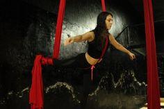 Joven bailarina perfecciona ahora un baile en el aire