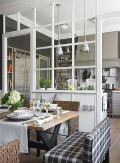 séparateur de pièce en vielles fenêtres en bois massif, table rectangulaire et chaises en rotin naturel