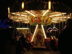 """En fin gammal karusell för barnen snurrade på till typisk """"karusellmusik""""."""