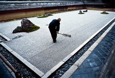 Seventeen year old Tadaichi Iwahashi, apprentice monk, rakes the zen garden at Ryoanji, a Zen temple in Kyoto. The rock and sand garden embodies Japanese aesthetics-nature at its simplest, art at its most refined. Japanese Rock Garden, Zen Rock Garden, Zen Garden Design, Japanese Temple, Japanese Landscape, Japanese Garden Design, Japanese House, Garden Stones, Landscape Design