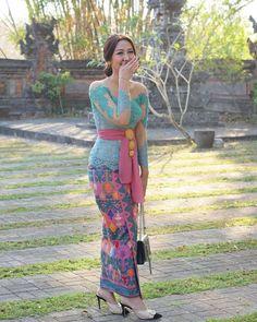 🌹🌹Syarat promote di Top Jegeg Bali🌹🌹 1. Follow akun : @topjegegbali 2. Tag @topjegegbali dan hashtag #topjegegbali 3. Foto cantik dan… Kebaya Bali Modern, Kebaya Modern Dress, Kebaya Dress, Kebaya Hijab, Indonesian Kebaya, Indonesian Girls, Bali Girls, Traditional Dresses Designs, Myanmar Dress Design