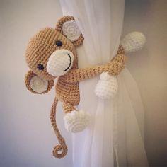 Monkey curtain tie back, cotton yarn crochet monkey, amigurumi. Crochet Video, Crochet Diy, Crochet Home, Crochet Crafts, Crochet Projects, Crochet Round, Diy Crafts, Crochet Monkey, Crochet Elephant