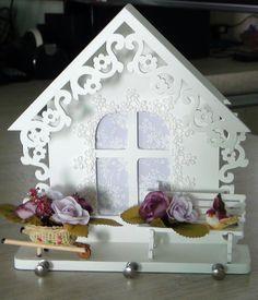 Porta Chaves em MDF pintado a mão com tinta PVA.  Peça envernizada com verniz acrílico fosco.  Apliques em renda, cesta em palha com mini flores, banquinho em mdf e passarinho em isopor.