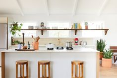 McKinley Bungalow by Robert McKinley - Design Milk Bungalow Interiors, Cottage Interiors, Residential Interior Design, Home Interior Design, Interior Ideas, Boho Home, Maine House, Custom Furniture, Long Island