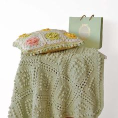 Free Vintage-Style Crochet Blanket Pattern - Just how lovely is this crochet blanket! This could go really well in a shabby chic styled room, don't you think?