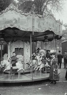 Carousel at the beginning of the 20th Century : Tuileries, Paris