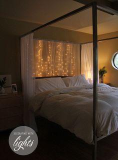 O simplemente colgar algunos cables detrás de la marquesina para un acogedor resplandor. | 19 Maneras súper acogedoras de utilizar cadenas de luces en tu casa