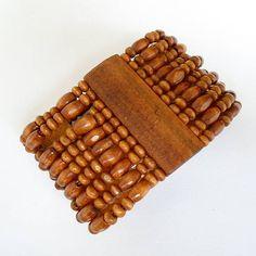 Pulseira feita com contas de madeira R$ 3,50