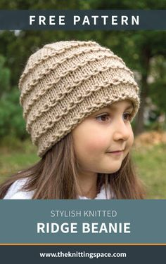 Make your little girl's back to school outfit chic by crafting her this stylish knitted beanie. This easy knitting project is ideal for beginner knitters so you can also teach her to knit this hat for herself! Discover over Free knitting patterns at Baby Hat Knitting Patterns Free, Beanie Pattern Free, Baby Hats Knitting, Knitting For Kids, Free Knitting, Knitted Headband Free Pattern, Easy Knit Hat, Knitted Hats Kids, Knitted Baby Beanies