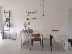 Witte tafel, verschillende stoelen, letterslinger, banner, kwantum