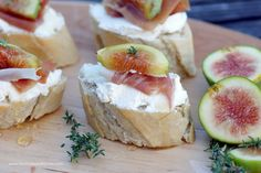 Feigen-Crostini mit Ricotta und Parmaschinken / Fig Crostini with Prosciutto and Ricotta – Flavoured with Love Recipes Appetizers And Snacks, Snacks Für Party, Gourmet Recipes, Desserts, Ricotta, Tapas, Crostini, Canapes, Italian Buffet