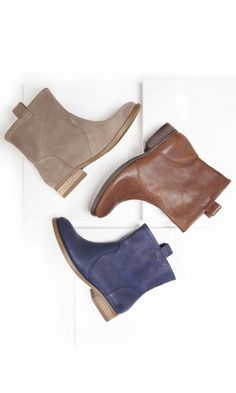 Genuine leather & suede boots with a slouchy casual shape, pull tabs at the sides, rounded toe and stacked heel