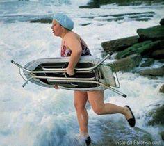 Chica va a la playa con su tabla para surfear