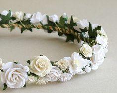 Estas pueden personalizarse para adaptarse a su necesidad.  Corona de flores de papel • Color: tonos de azul, blanco con ligero acento rosa • De grandes flores atadas a un trozo de cuerda • Mayor tamaño de la flor: aprox. 25mm (1) • Longitud: ajustable. Salimos de la cola muy larga por lo que si cabe todo el mundo. Usted puede cortar la longitud sobrante con tijera. -------------------------------------------------------------- Ver más accesorios de aquí…