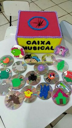 Musical box - children can pick a CD and sing the song in it! It can also be a game (class tries to guess what song s/he has picked - SS mimics and class sings, SS hums class tries to discover it) Easy Crafts, Diy And Crafts, Crafts For Kids, English Activities, Activities For Kids, Music And Movement, School Themes, Baby Kind, Educational Toys