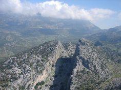 Salto del Cabrero con el Puerto del Boyar al fondo. P.N. Sierra de Grazalema en la Ruta de los Pueblos Blancos