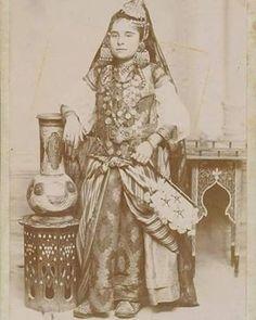 صورة قديمة لفتاة جزائرية من مدينة # تلمسان ترتدي قفطان جزائريا اصيلا . . #القفطان_الجزائري #اللباس_التقليدي_الجزائري . #algerian_world: #algeria#algerie#argelia#