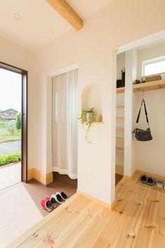 【アイジースタイルハウス】玄関。さりげないアーチ型のニッチがポイント Japanese Modern House, Japanese Interior, Foyer Furniture, Sweet Home Design, Shoe Room, Minimalist Apartment, House Entrance, Fashion Room, My Dream Home