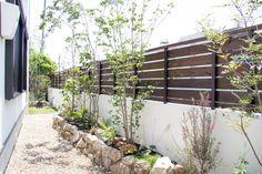 オリジナル門扉とシンプルガーデン Half Walls, Modern Fence, Future House, Color Schemes, Pergola, Shed, Backyard, Construction, Exterior