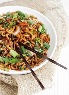 Spicy Udon and Vegetable Stir Fry. Spicy Udon Noodle and Vegetable Stir Fry - ready in just 15 minutes! Spicy Udon Noodle Recipe, Stir Fry Recipes, Cooking Recipes, Noodle Recipes, Udon Stir Fry, Weeknight Meals, Easy Meals, Vegetarian Recipes, Healthy Recipes