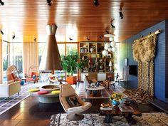 El espacio para la fogata y la cubierta fueron hechos a la medida y la pintura es de Andy Harman. Las sillas alrededor de la mesa vintage Milo Baughman son de Adler y están revestidas por una tela de Lee Jofa. | Galería de fotos 2 de 15 | AD MX