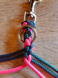 bottle DIY Holders Paracord water Paracord tie to carabiner clip.bottle DIY Holders Paracord water Paracord tie to carabiner clip. Part of the tutorial on how to make Paracord water bottle cages. Paracord Braids, Paracord Bracelets, Diy Dog Collar, Collar And Leash, Paracord Dog Leash, Paracord Tutorial, Swiss Paracord, Diy Collier, Paracord Projects
