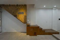Moderne Raumteiler aus Cortenstahl als Treppengeländer im Erdgeschoss