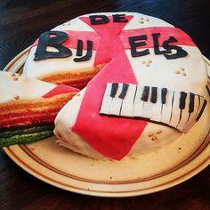 Speciaal voor de Toetsenist van Coverband de Bijtels een heerlijke rainbowcake.