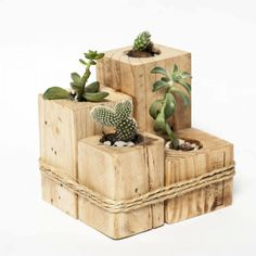 Small flowerbeds for succulent plants and cactus by Esprit Loft Récup. Wooden Pallet Projects, Diy Pallet Furniture, Woodworking Projects Diy, Wooden Pallets, Wooden Diy, Decoration Palette, Palette Diy, Diy Planters, Pallet Planters
