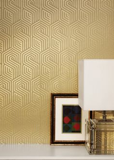 <p>À la fois statique et en mouvement, le papier peint couleur or de Nobilis s'habille de motifs structurés, comme imbriqués les uns dans les autres. Disponible dans d'autres...