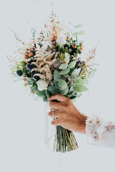 ¿Sabes cuáles son los ramos de novia de este año? #flor #flores #ramos #ramodenovia #floresdeboda #ramoromántico #bouquet #corsage #inspiraciónramo #ramo2019 #españa #novia #bodasnet #romántico #regalo #sanvalentin Art Floral Japonais, Floral Wedding, Wedding Flowers, Bride Bouquets, Here Comes The Bride, Ikebana, Floral Arrangements, Planting Flowers, Beautiful Flowers