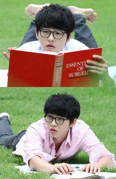 Song Joong Ki as good kid and med student Kang Maru finds the campus lawn to be the best place to study a book on surgery. Song Joong, Song Hye Kyo, Handsome Actors, Handsome Boys, Soon Joong Ki, A Werewolf Boy, Sungkyunkwan Scandal, Coffee Prince, Hallyu Star