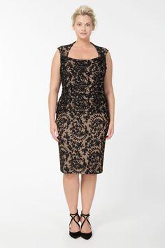 К выбору праздничного платья каждая женщина подходит с особым вниманием.  Какие праздничные платья для полных женщин сейчас особенно актуальны?