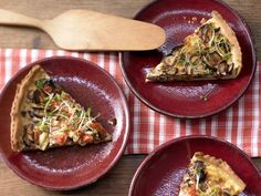 Herzhafte Tarte mit Pilzen - und Frühlingszwiebeln - smarter - Kalorien: 276 Kcal - Zeit: 45 Min.   eatsmarter.de Diese Tarte mit Pilzen eignet sich wunderbar als weihnachtliche Vorspeise für die ganze Familie.