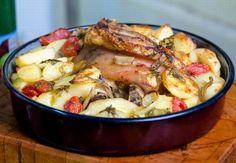 A pékné sütőben (vagy kemencében) süti a húst, hagymával és krumplival