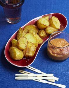 Recette Patatas bravas : 1. Rincez les pommes de terre. Mettez-les dans une marmite, recouvrez-les d'eau froide et portez à ébullition. Salez et laissez-les cuire 15 mn. Egouttezles, rafraîchissez-les sous l'eau courante puis pelez-les et coupez-les en gros cubes. 2. Préparez la sauce. Epluc...