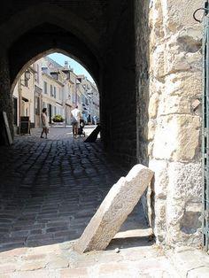 Saint Valery sur Somme : un port pittoresque en baie de #Somme : Située sur l'estuaire de la Somme, la commune de Saint Valery sur Somme forme un promontoire qui domine la célèbre Baie de Somme. Cette #destination, qui fait partie des plus beaux détours de #France, vous étonnera par ses allures médiévales, ses remparts et ses ruelles pavées.