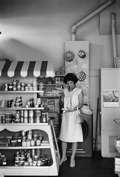 Jackie Kennedy in West Virginia Grocery Store. What a strange photo! Jackie Kennedy Style, Los Kennedy, Jacqueline Kennedy Onassis, John F Kennedy, Caroline Kennedy, Old Photos, Vintage Photos, West Virginia History, Le Clan