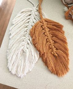 Macrame feathers are all over my feed lately. It's so great to see all of you fiber artists inspiring each other to try something new. I'll… Related posts:eine Eichel machen, eine QuasteDIY Boho - Dekoration mit Makramee BlätternBlütenblatt Makramee Punkt Yarn Crafts, Diy And Crafts, Arts And Crafts, Beaded Crafts, Boho Dekor, Deco Boheme, Macrame Projects, Macrame Patterns, Micro Macrame