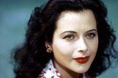 Hedy Lamarr, la actriz que inventó el wifi. Google homenajea con un doodle a la primera mujer que se desnudó en la gran pantalla. El País, 2015-11-09 http://elpais.com/elpais/2015/11/09/videos/1447081801_096239.html