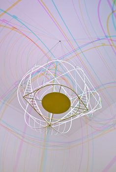 Viel Resonanz bekam der niederländische Designer Dennis Parren über seine jüngste Kreation, die CMYK Lamp. Ausgestattet mit LED Technologie verfügt diese über die Farben Cyan, Magenta und Gelb.