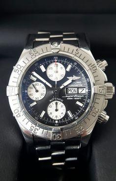 Breitling - SuperOcean Chronograph- A13340 - Heren - 2007  Net als Rolex Tag Heuer of Omega heeft ook Breitling een bijzondere plek binnen de groep van exclusieve Zwitserse uurwerken. Zo ook dit prachtige Breitling Superocean Chronograph Day Date 42mm automatisch herenhorloge. De Breitling heeft als referentie A13340 komt uit 2007 en wordt als full set geleverd. Dus met; Doos omdoos boekjes en beide certificaten uit 2007. Completer en mooier wordt het niet. Het horloge bevindt zich in een…