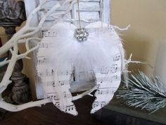 Angel wing shaped notes. This is perfect for houses with themes like white Christmas. They are perfect as Christmas tree décor and even wall hangings.