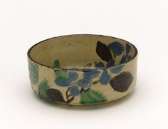 Kenzan-style food dish with design of gakuso flower, late 18th to early 19th century. Kyoto workshop, Kenzan style. Edo period. Buff clay; white slip, iron pigment, and enamels under transparent glaze. H: 5.0 W: 13.1 cm. Kyoto, Japan, Freer Gellery