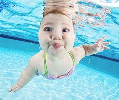 Bebês explorando o mundo aquático